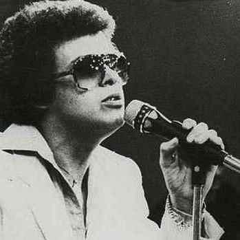 Image of hector Lavoe singing one of his songs. Salsa bars in medellin