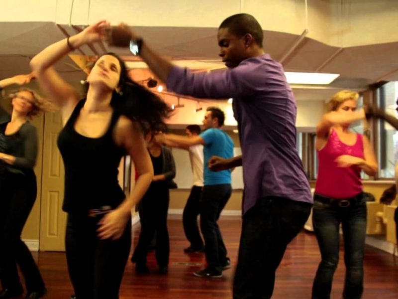 Image of two people learning how to dance salsa during a salsa class in colombia